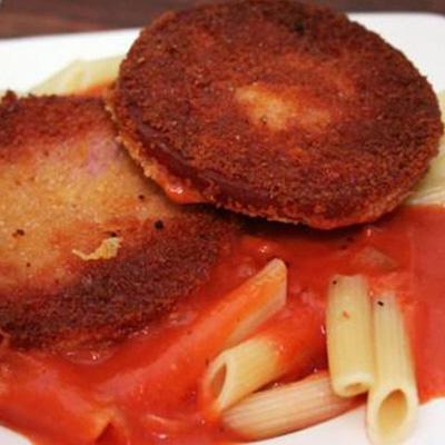 J�gerschnitzel mit Nudeln und Tomatenso�e